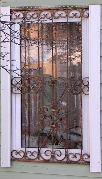 Узоры ковки на решётке окна
