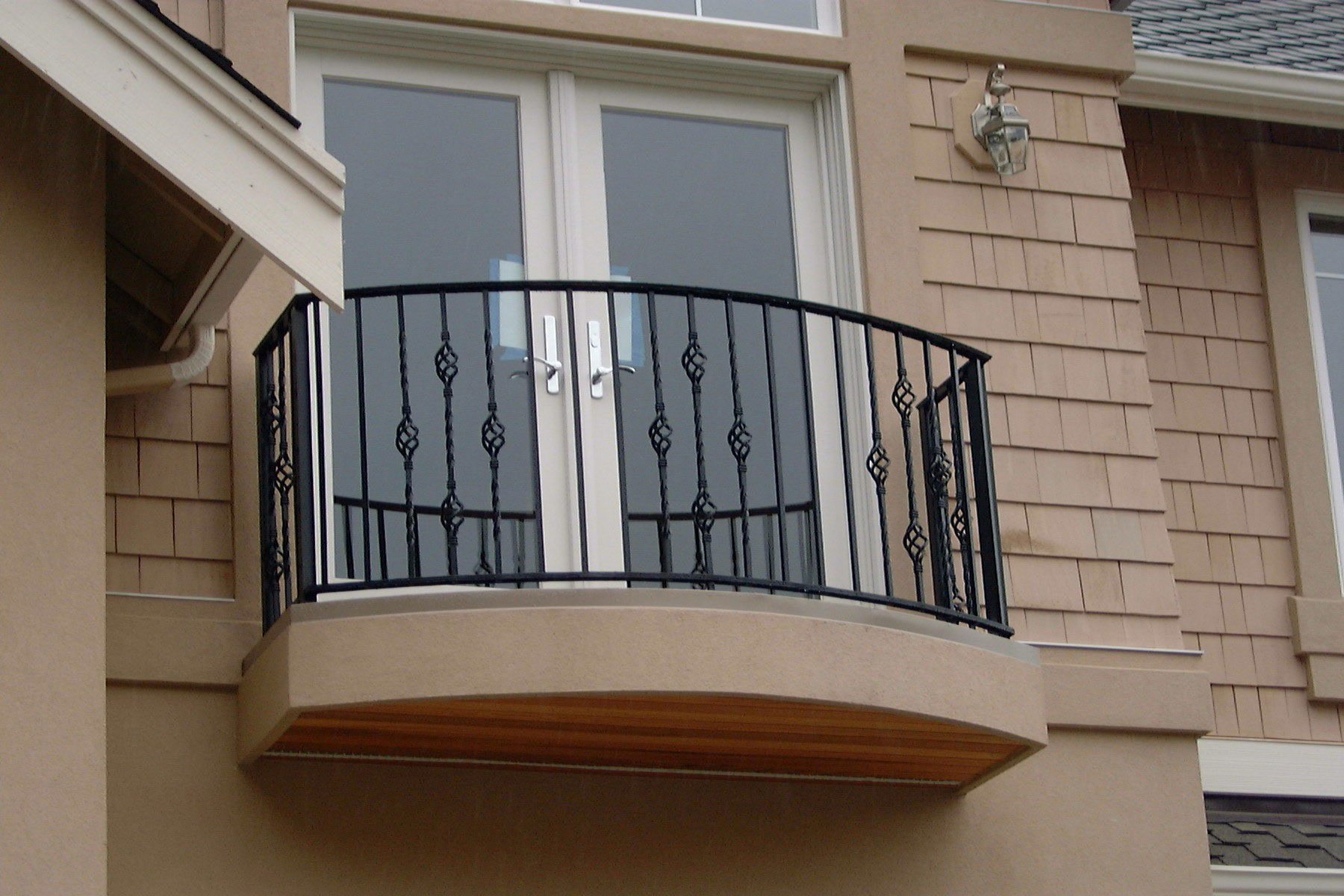 Modern and small balcony design with wroght iron - folat.
