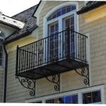 Ограждение для балкона с узорами из ковки