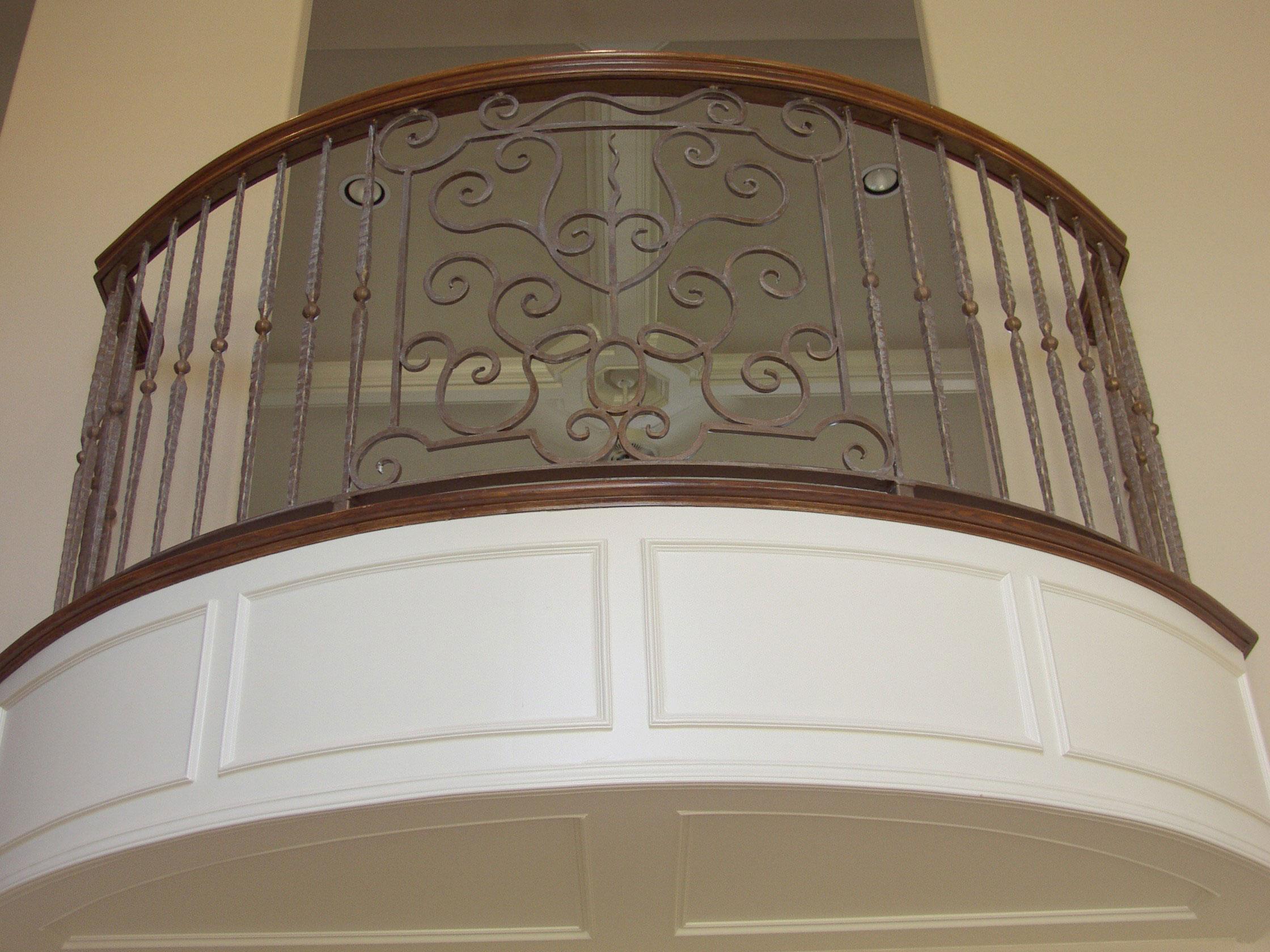 Ограждение для балкона с элементами дерева